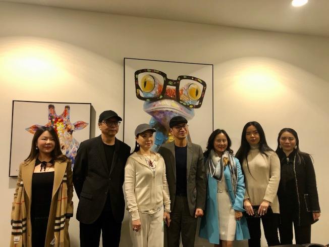 由於電影在重慶拍攝,美國川渝總商會會長陳慧碧(右三)14日舉辦小型見面會,歡迎何晟銘(右四)與導演章家瑞(左二)。(記者張宏/攝影)