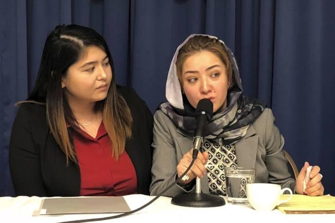 圖爾孫(右)去年11月28日在美國親述被關押在「再教育營」的經歷。美聯社