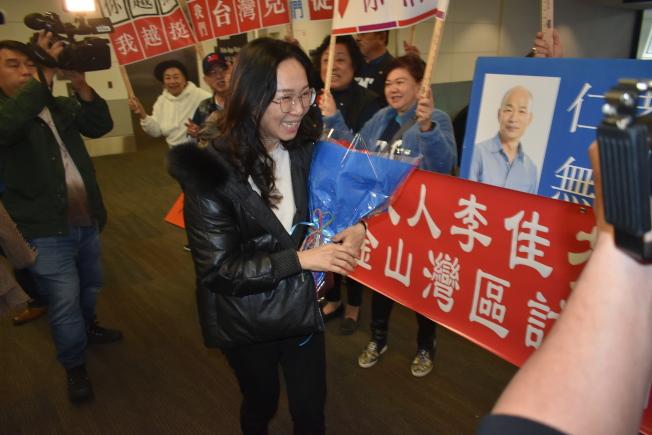 灣區僑胞為韓國瑜夫人李佳芬獻花並送上祝福。(記者黃少華/攝影)
