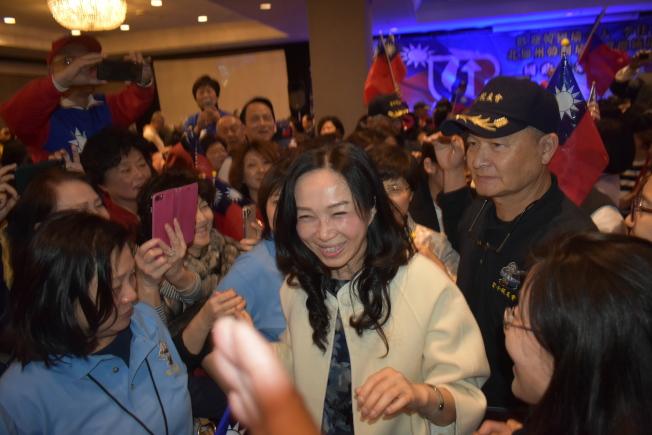 李佳芬在會場受到僑胞熱情歡迎。(記者黃少華/攝影)
