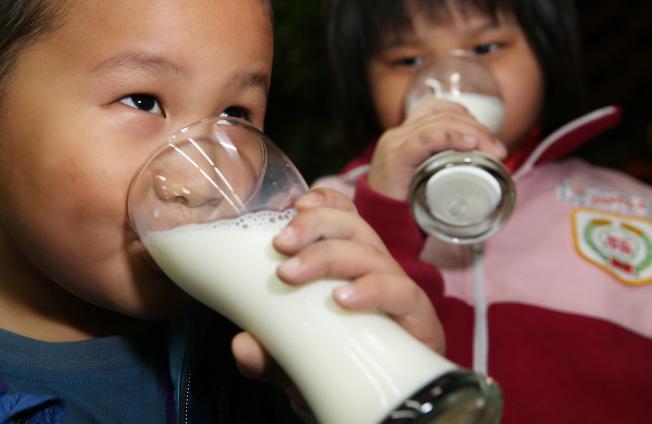 多喝牛奶有益於兒童和青少年發育。(本報資料照片)