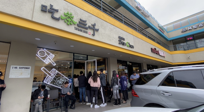 「吃茶三千」初來乍到,吸引眾多民眾排隊嚐鮮。(記者謝雨珊/攝影)