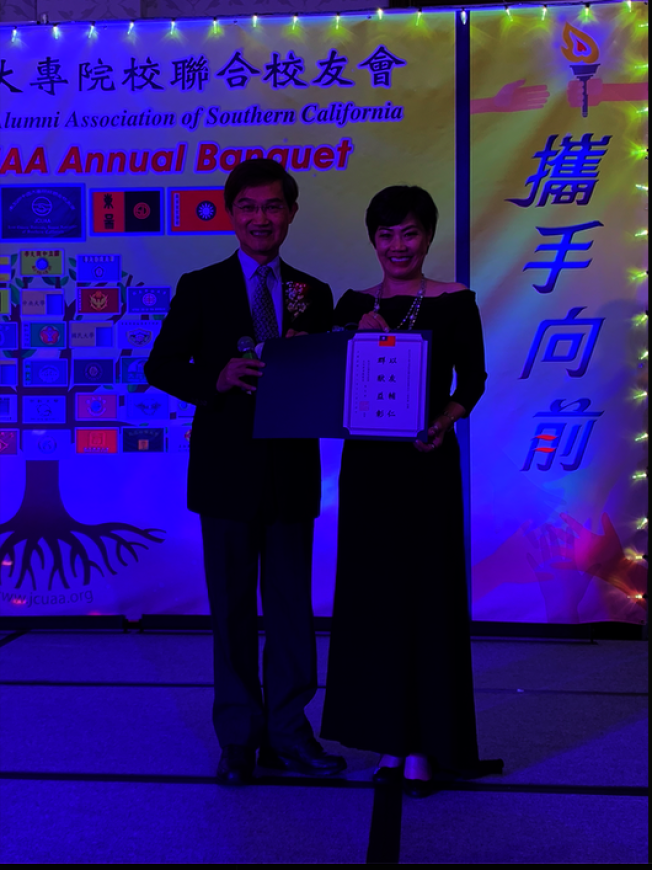 朱文祥(左)為趙善儀頒發獎狀。(記者張越/攝影)