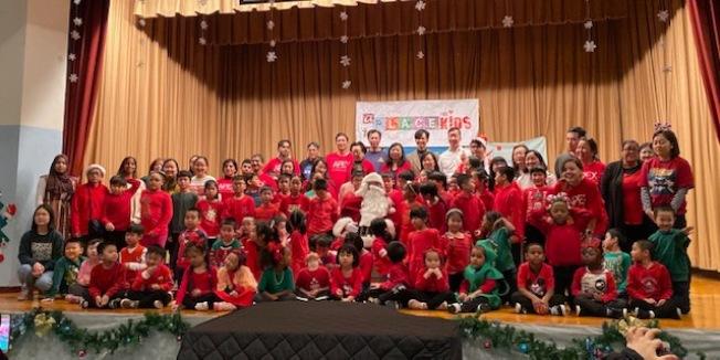 由A Place for Kids主辦,來自亞美青年中心(Asian American Youth Center)、S&P Globals旗下Asian Professional for Excellence、哥倫布公園之友會(Friends of Columbus Park),以及聯合愛迪生電氣公司(Con Edison)以及南華茶室的義工,日前帶來精美禮物到曼哈頓華埠第二小學派發,祝學生們耶誕快樂,並陪同他們遊戲。(圖:主辦方提供;文:記者金春香)