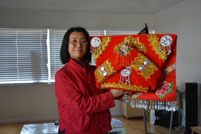 美國德森學院創始人解冰,希望藉助民族服裝展覽,在美國推廣中國56個民族的文化。(記者劉先進/攝影)