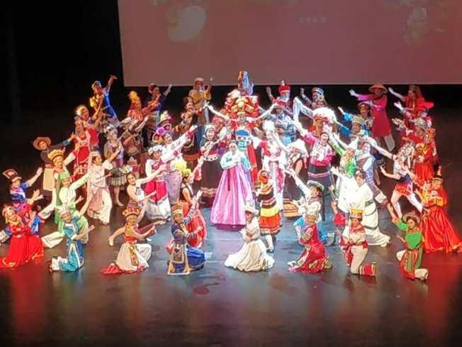 美國德森學院創始人解冰,希望藉助民族服裝展覽,在美國推廣中國56個民族的文化。(解冰供圖)