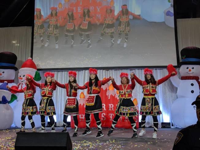 FASCA登台表演原住民山地舞,服裝鮮豔亮眼。(記者蕭永群/攝影)