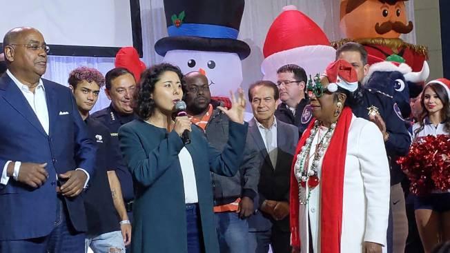 哈里斯縣縣長琳娜.伊達爾戈 (前排左二)與國會議員希拉.傑克遜.李(前排右一)。(記者蕭永群/攝影)