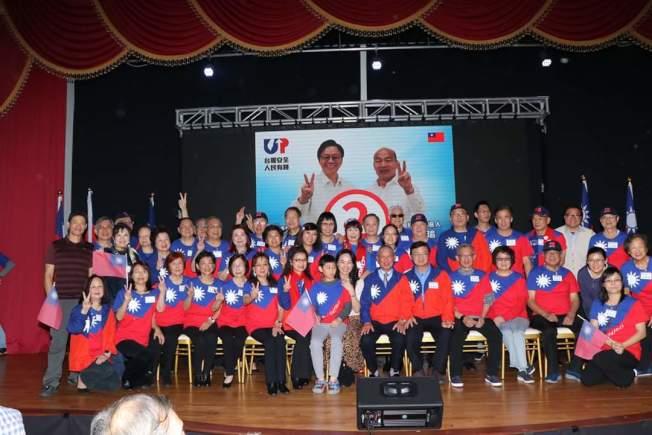 李佳芬與眾人手比二號,投給韓國瑜。(記者封昌明/攝影)