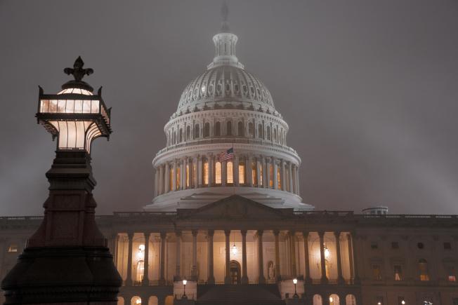眾院司法委員會通過彈劾川普總統,下周將全院表決。圖為國會山莊籠罩在一片迷霧中。(美聯社)