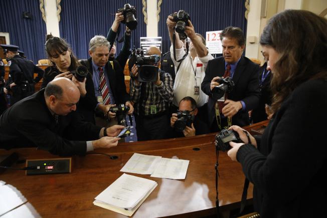 眾院司法委員會通過彈劾川普總統,媒體記錄下這一歷史時刻。(美聯社)