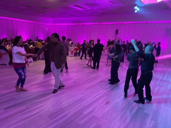 校友們在放鬆的氛圍下在舞池跳舞,或在場邊交流、互動,聯絡感情。(記者林亞歆/攝影)