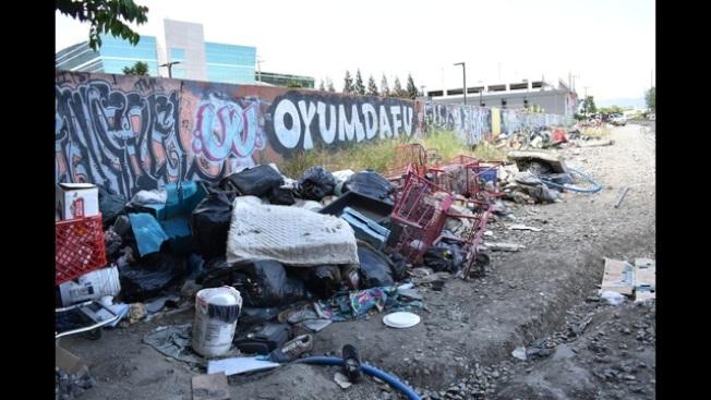 聯合太平洋鐵路公司終於開始清理鐵軌旁的遊民聚居地。(電視新聞截圖)