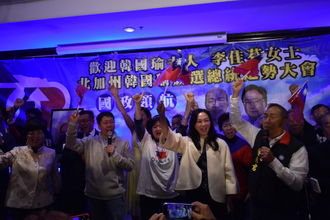 造勢大會在「中華民國頌」歌聲中結束。(記者黃少華/攝影)