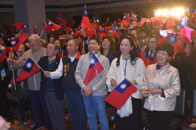 造勢大會現場,中華民國國旗旗海飄揚。(記者黃少華/攝影)