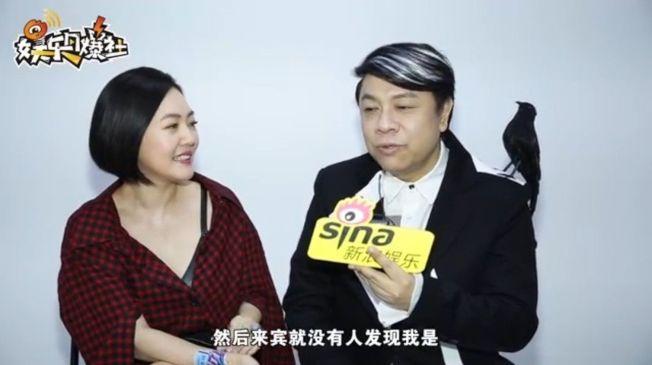 蔡康永(右)與小S透露參加林志玲婚禮的趣事。 (取材自微博)