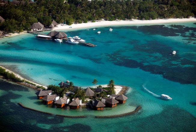 馬爾地夫是一系列環狀珊瑚礁組成,賣點是每個島都是度假勝地、半透明的碧綠海水以及原始珊瑚礁。(路透社)