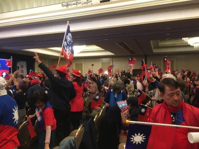 韓粉興奮揮著中華民國國旗。(記者謝雨珊/攝影)