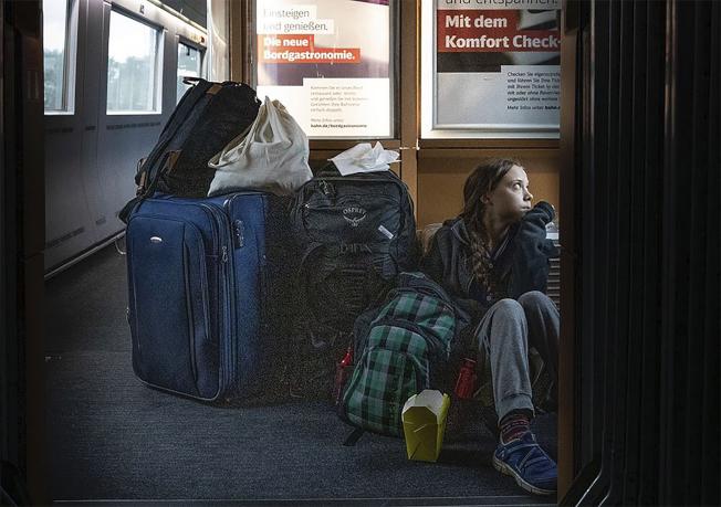 童貝里在Twitter上發了一張照片,照片上可以看到她坐在德國高鐵ICE的通道地上,身邊堆放著大量行李。(美聯社)