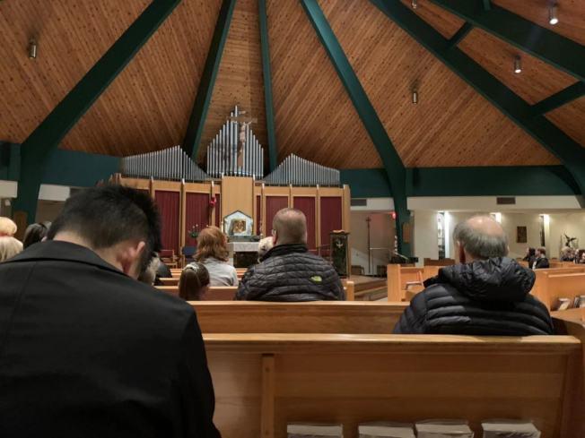 歡樂谷的教堂15日為劉Dorothy和兩名子女舉辦追思會,數百名親友參與。(記者牟蘭/攝影)
