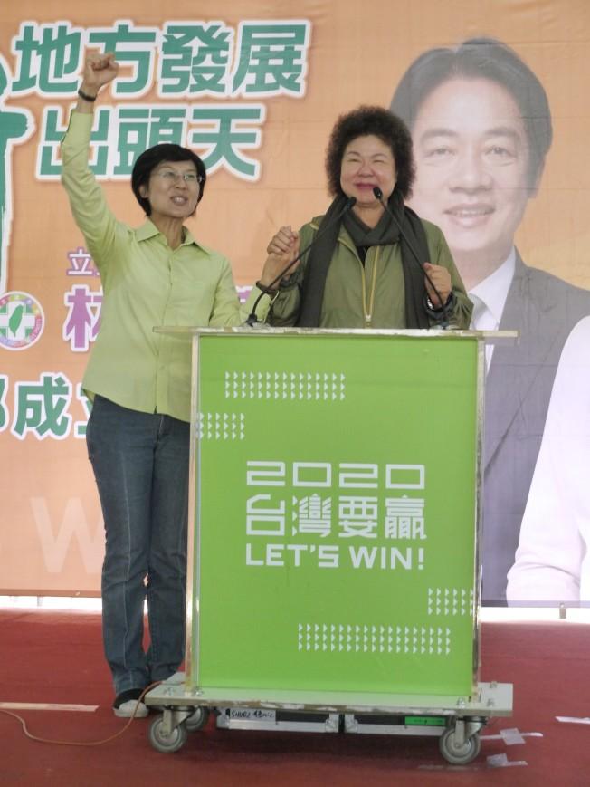 總統府祕書長陳菊(右)15日到高雄助選時說,去年高雄接班沒成功,才讓高雄市民現在找不到市長,要向高雄鄉親說「失禮」(台語,抱歉之意)。(記者徐白櫻/攝影)