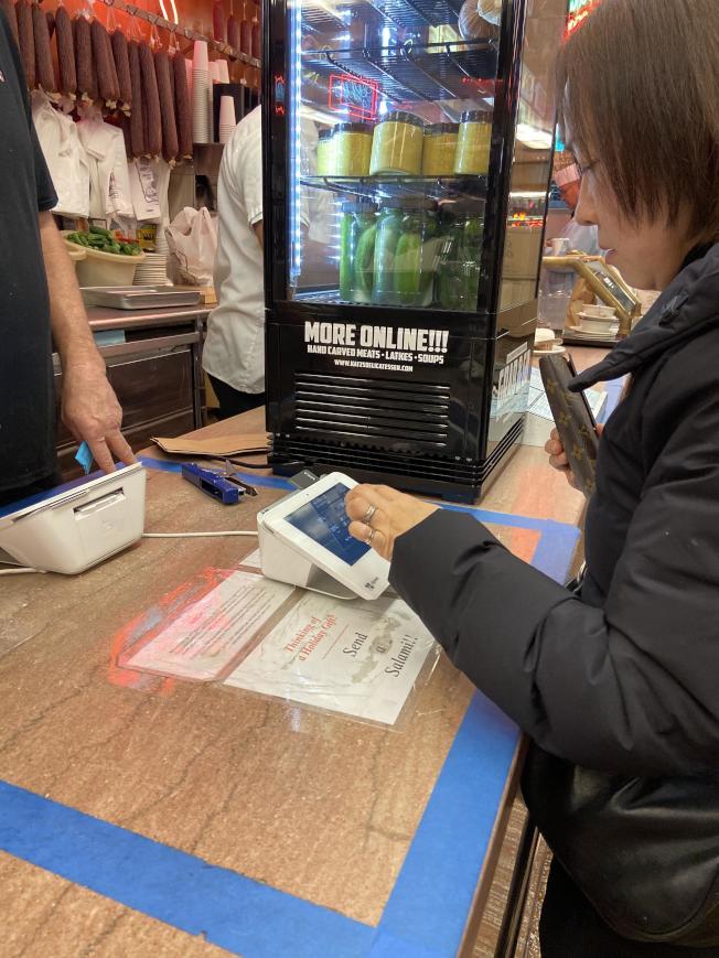 小費從最初的「賞錢」,變成餐飲服務生的主要收入,現在商家更進一步,使用電子平台收取餐費和小費。(記者邵冰如/攝影)