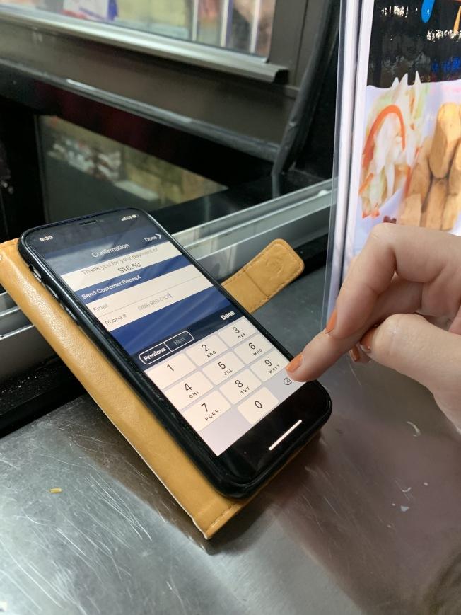 方便顧客不用再計算,商家現在使用電子平台收取餐費和小費。(記者劉大琪/攝影)