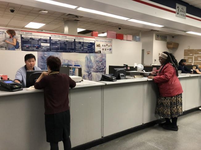 一名曾在郵局工作超過30年的社區人士表示,他曾在耶誕節期間收過50元以上的小費。(記者顏嘉瑩/攝影)