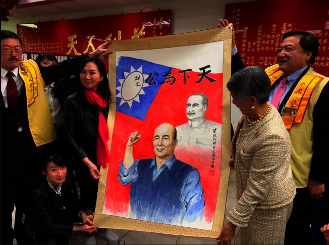 李佳芬接受韓國瑜畫像。(記者張越/攝影)