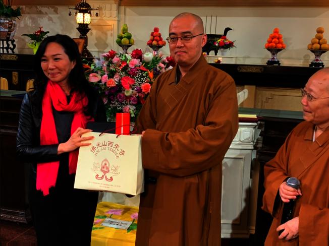 李佳芬和西來寺互贈禮物。(記者張越/攝影)