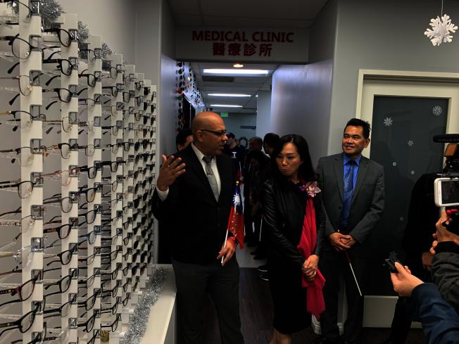 華埠服務中心醫療部負責人向李佳芬介紹中心醫療部業務。(記者高梓原/攝影)