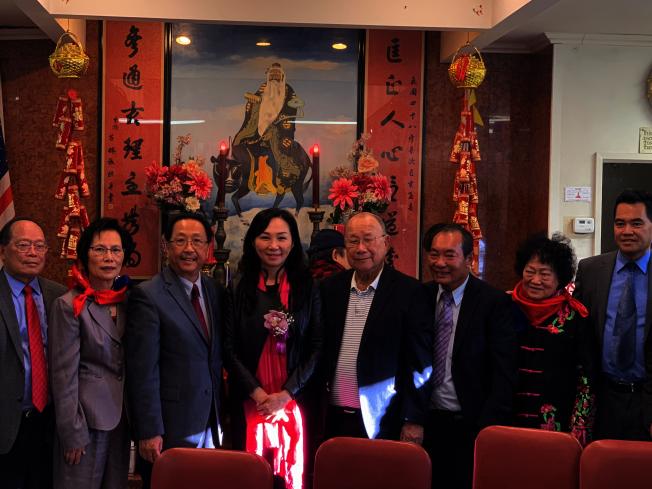 李佳芬(左四)拜訪羅省李氏敦宗公所。(記者高梓原/攝影)