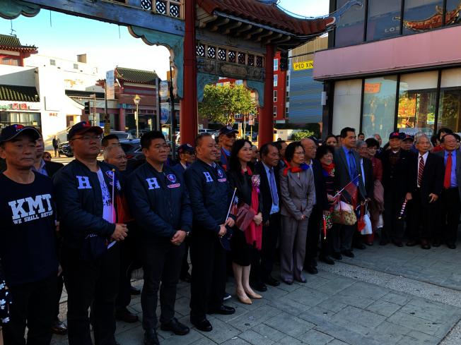 李佳芬(前排左五)向國父孫中山銅像獻花。(記者高梓原/攝影)
