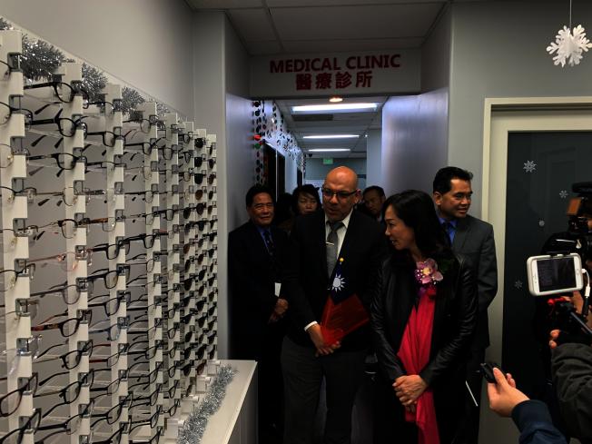 華埠服務中心醫療部負責人介紹中心醫療服務項目。(記者高梓原/攝影)