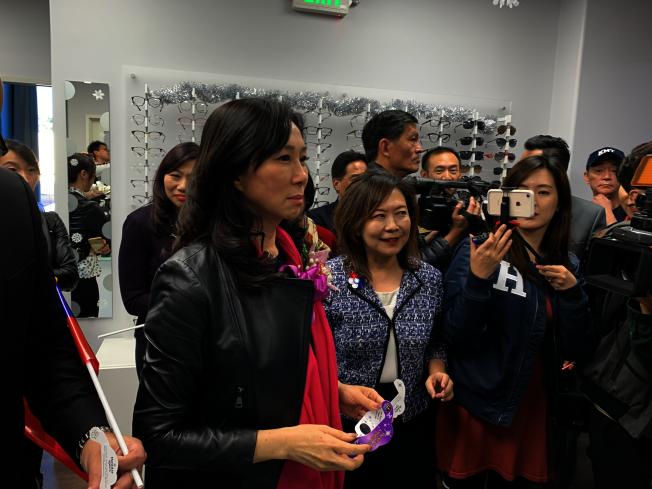李佳芬參觀華埠服務中心眼科醫療中心。(記者高梓原/攝影)