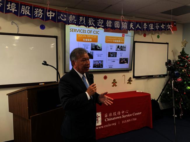 華埠服務中心執行長伍競群介紹中心服務項目。(記者高梓原/攝影)