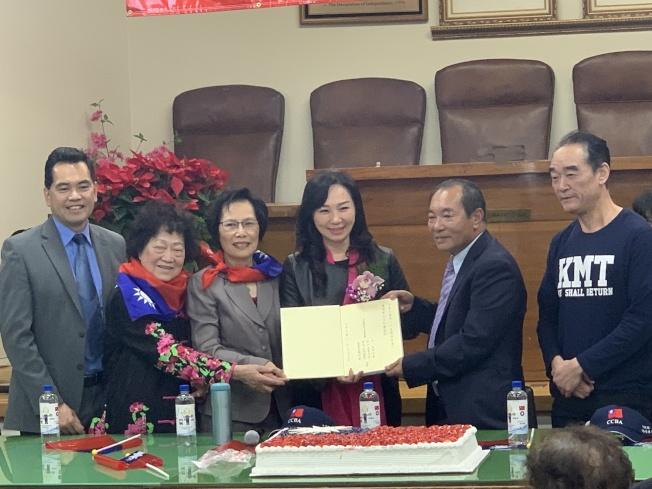 李佳芬(左四)與中華會館四大首長交換禮物。(記者高梓原/攝影)