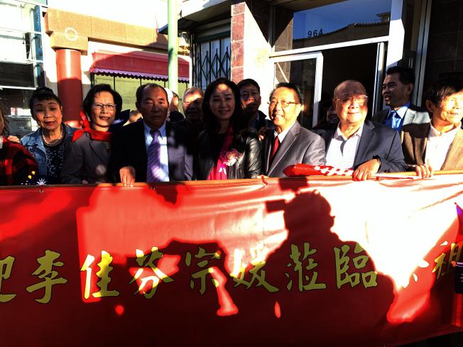 李佳芬拜訪羅省李氏敦宗公所得到宗親熱烈歡迎。(記者高梓原/攝影)