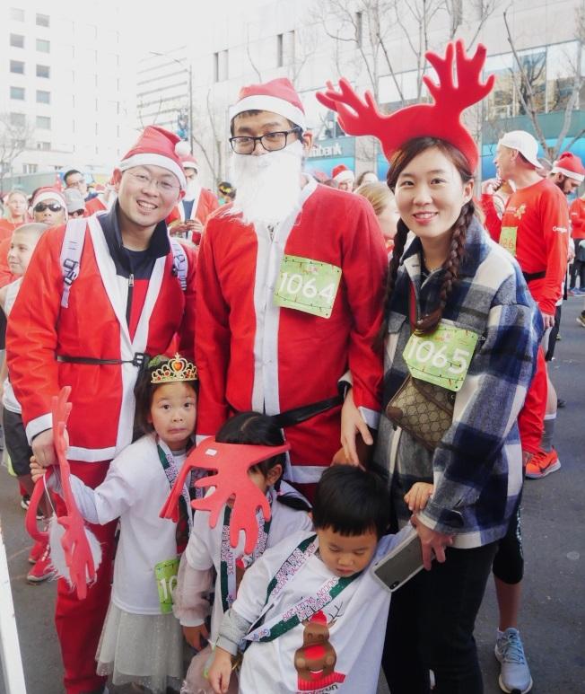 黃曙豐(左一)與朋友都穿上耶誕裝。(記者梁雨辰/攝影)