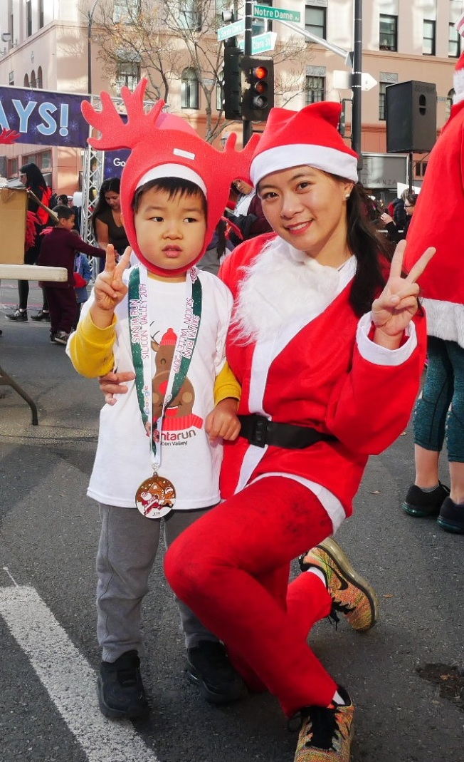 宋千千(右)與三歲兒子一同比賽。(記者梁雨辰/攝影)