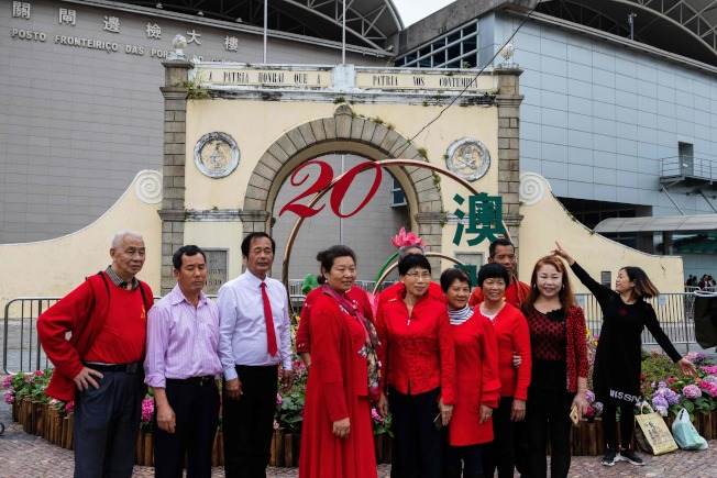 澳門即將慶祝回歸中國20周年,習近平將在澳門發表演講。圖為大陸遊客在澳門觀光。(Getty Images)