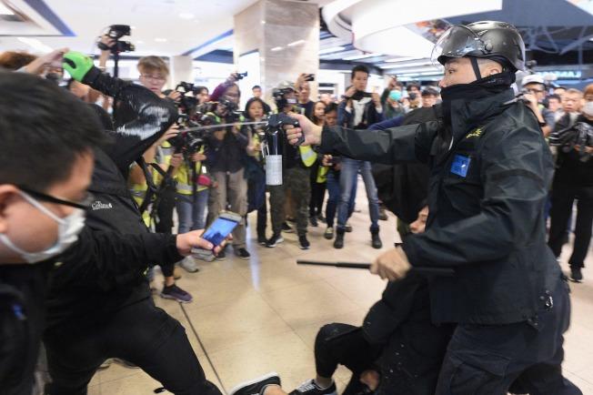 香港反送中示威持續。港民15日在多區商場發動示威活動,防暴警察進入沙田新城市廣場拘捕示威者。圖為警察向示威者噴灑辣椒水。(Getty Images)