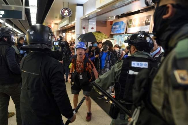 香港反送中示威持續。港民15日在多區商場發動示威活動,防暴警察進入沙田新城市廣場拘捕示威者。圖為一名攝影記者與警察爭論。(Getty Images)