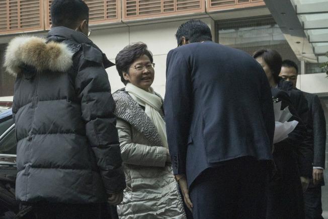 香港特首林鄭月娥14日抵北京一家酒店。她預定16日晉見習近平。(美聯社)