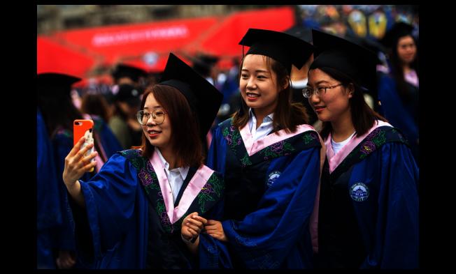 圖為武漢大學今年6月舉行的畢業典禮。(新華社)