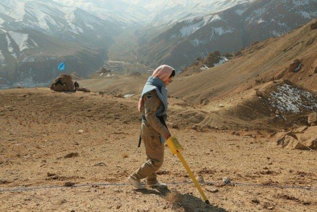 蘇聯從1979年入侵阿富汗開始,在當地投下許多炸彈,雖然衝突結束已有30年,但遺留下來的未爆彈仍埋藏在山中,無情地奪走許多阿富汗人民的生命。取材自LA CROIX