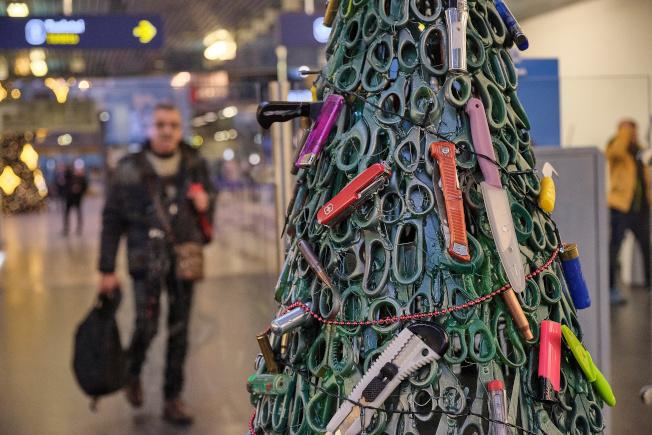 立陶宛機場維爾紐斯機場,用機場安檢人員從旅客行李當中沒收的違禁品打造耶誕樹,以剪刀為樹身,各種剪刀、小刀、刀片、瑞士刀、打火機等危險物品為裝飾品,或插或搓或黏或貼在耶誕樹上,甚至還出現了一把手槍。路透