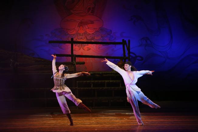 《大夢敦煌》莫高和月牙的雙人舞,展現豪放與纏綿的愛情故事。(蘭州歌舞劇院/提供)