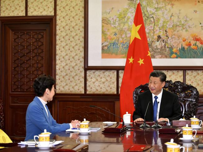 國家主席習近平(右)16日在中南海瀛台會見到北京述職香港特首林鄭月娥。(美聯社)