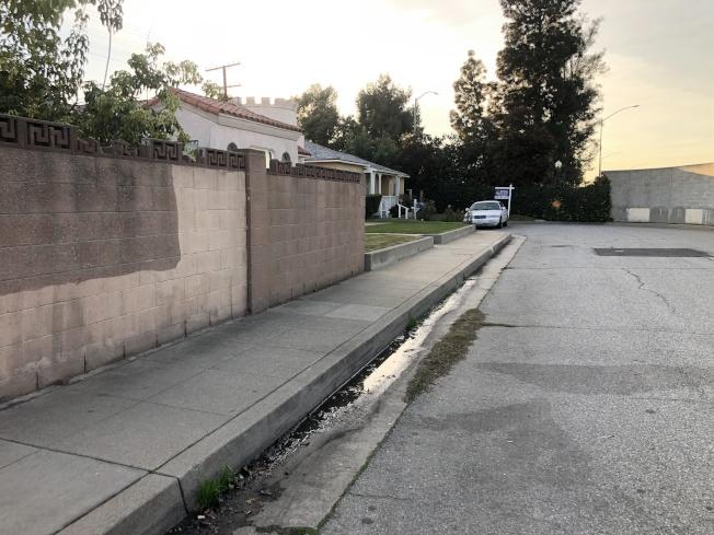据R先生表示,事发车辆就停放在图中左边的积水处。 (记者李雪/摄影)